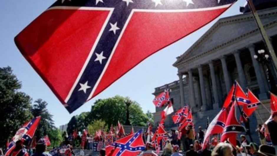 ABD'nin Güney Carolina eyaletinde ırkçı örgüt Ku Klux Klan, Konfederasyon Bayrağı'nın yasaklanmasını protesto etti. Örgüt mensuplarının Nazi simgeleri taşıdığı görüldü