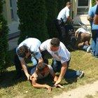 Düzce'de kardeşini bıçaklamak isteyen kişiye polis müdahalesi
