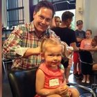 Babalar kızlarının saçlarını örüyor...