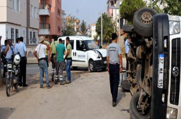 Antalya'da kamyonetin çarptığı servis devrildi: 1 yaralı