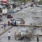 Tayland'da bir araç 47 elektrik direğini devirdi, trafik felç oldu
