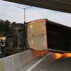 Damperi açık ilerleyen kamyon köprüye çarparak devrildi: 1 yaralı
