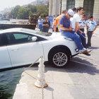 Aracın üstüne oturup denize düşmesini engellediler
