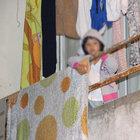 Evde yalnız kalan çocuk balkona çıkıp yardım istedi