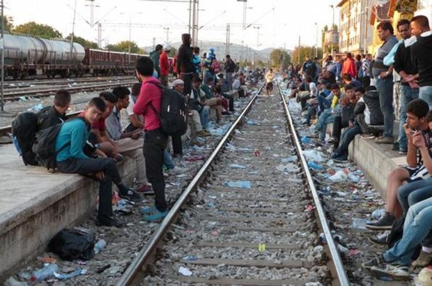 Sığınmacıların geçiş ülkesi Makedonya karşı karşıya kaldığı sığınmacı akını nedeniyle olağanüstü hal ilan etti ve Yunanistan'la sınırlarını kapattı
