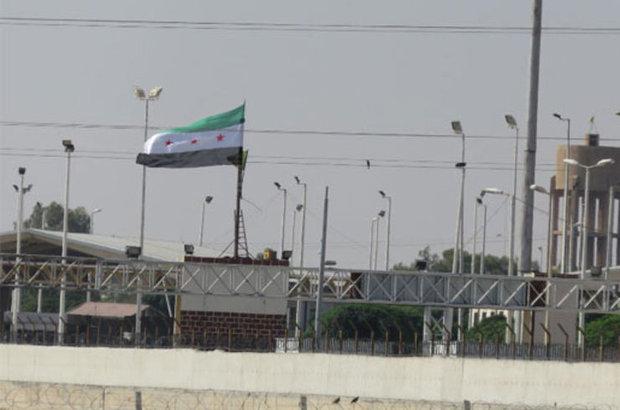 Şanlıurfa'nın Akçakale İlçesi'nin karşısındaki Suriye'nin Telabyad kentine ÖSO bayrağı asıldı. IŞİD'in püskürtülmesinin ardından ilçede denetimi sağlayan PYD güçlerinin, yapılan anlaşmanın ardından kontrolü ÖSO'ya bırakarak Telabyad'dan çekildiği ileri sü