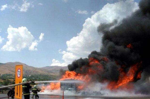 Erzincan, seyir halindeki madeni yağ yüklü tırın dorsesinde çıkan yangın