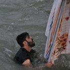 Suriyeli gençler boğulmaktan çarşafa tutunarak kurtuldular