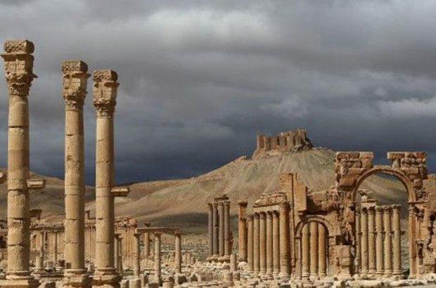 IŞİD tarihi eserleri birbiri ardına yıkmaya devam ediyor. Örgüt, Palmira antik kentinde bulunan 2 bin yıllık bir tapınağı havaya uçurdu