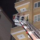 Derin uykudaki genci polis ve itfaiye ekipleri eve girip uyandırdı