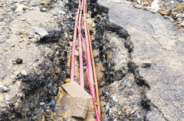 Yol yarıldı, kablolar ortaya çıktı