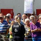 Merkel, sığınmacı yurdunda göçmen karşıtları tarafından protesto edildi