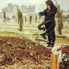 Nazlı Hamarat eşi  Emir Şaşmaz'ın mezarında