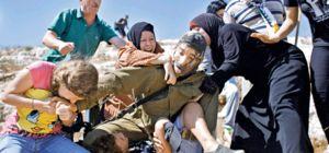 Kolu kırık kardeşini İsrailli askeri ısırarak kurtardı