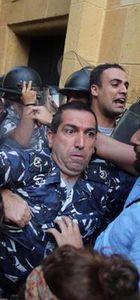 Lübnan'da göstericilerin işgal ettiği bakanlık zorla boşaltıldı