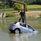 Yaralıya yardım ederken otomobili çalındı
