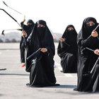 İran Devrim Muhafızları kadınlar Nunçaku'lu gösteri yaptı...