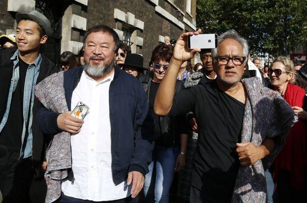 Dünyaca ünlü sanatçılar Londra'da sığınmacılar için yürüdü