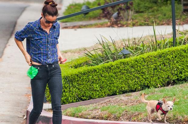 Oyuncu ve şarkıcı Juliette Lewis, Los Angeles'ta köpeği Teddy'yi sokakta dolaştırırken objektiflere takıldı