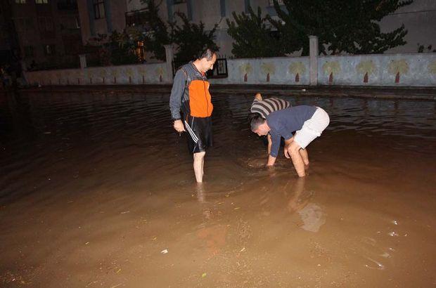 Antalya'da yağmur sokakları göle çevirdi
