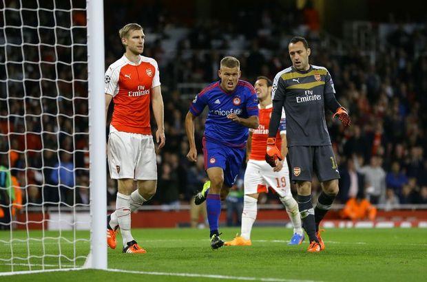 Arsenal, gol düellosu şeklinde geçen maçta sahasında konuk ettiği Olympiakos'a 3-2'lik skorla boyun eğdi
