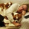 Köpekleriyle uyudu...