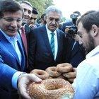 Başbakan Davutoğlu simit dağıttı