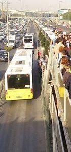 Metrobüs üst geçidinde insan seli