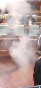Kosova'da vekiller Meclis'e göz yaşartıcı gaz attı