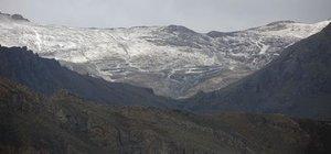 Van ve Hakkari'nin yüksek kesimlerine mevsimin ilk karı yağdı