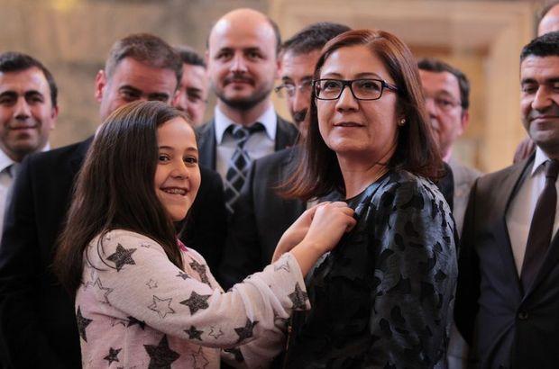 Anne-kızın meclis kucaklaşması