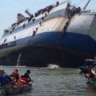 Endonezya'da Alabora olan gemide büyük kurtarma operasyonu
