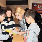Gülben Ergen çocuklarına harçlıklarını dağıttı