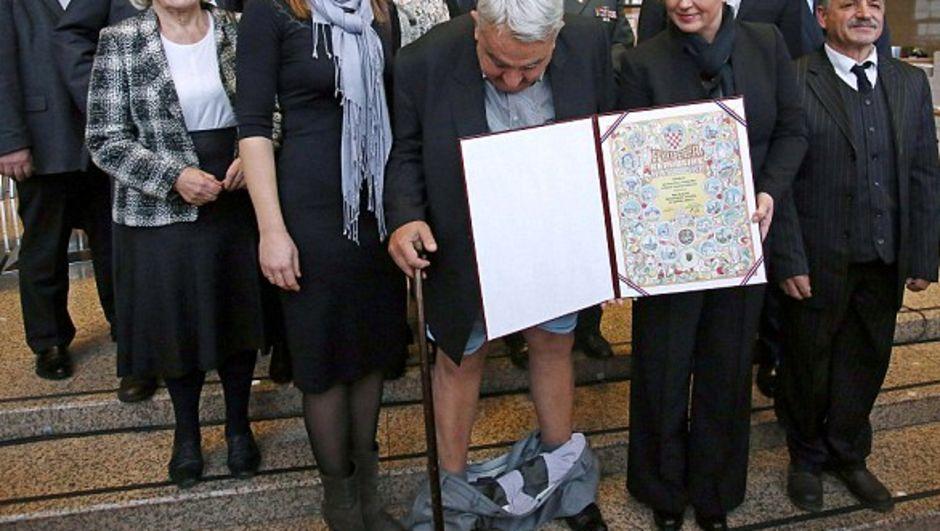 Hırvat Başkan Ivan Zvonimir Cicak, etkinlik sonrasında toplu fotoğraf çektirirken pantolonu düştü