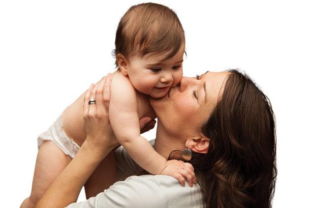 Ayağı öpülen bebekler kıskanç oluyor
