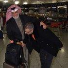 Mehmet Ali Erbil şakalaştığı arap turistin elini öptü