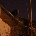 İntihar için çatıya çıktı, ölmekten korkunca polis indirdi