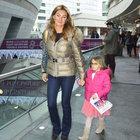 Pınar Altuğ ve kızı Su alışverişte