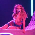 Jennifer Lopez'in sahnede pantolonu yırtıldı