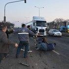 TIR minibüse çarptı, sürücü yakınları birbirine girdi