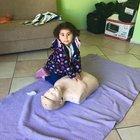Minik Elif'in ilk yardım müdahalesi parmak ısırttı