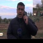 Suriyeli muhabir roket sesini duyunca böyle kaçtı!