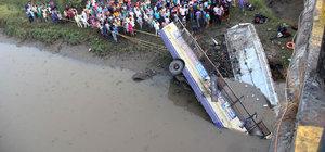 Hindistan'da otobüs nehre düştü: 37 ölü