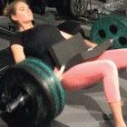 Kate Upton, 80 kiloluk halteri beliyle kaldırdı