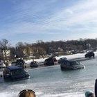 ABD'de 20 araç donmuş gölde mahsur kaldı