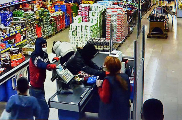 Hava atan hırsızlar nerede olduklarını unutunca yakayı ele verdi!