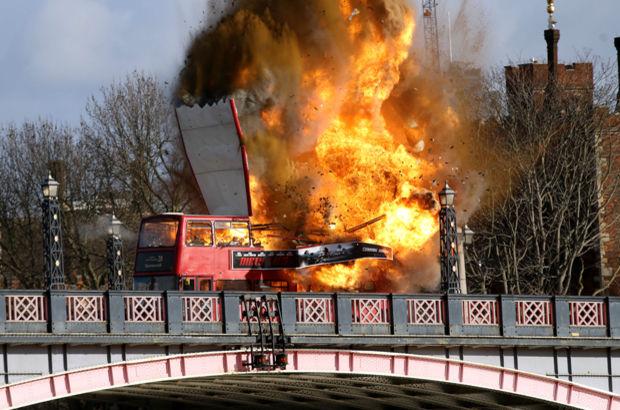 Londra'da otobüs infilak etti! Sebebi sonra anlaşıldı...