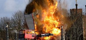 Film çekimi için infilak eden otobüs Londralıları korkuttu
