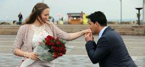 Atatürk anıtında 3 dilde evlilik teklifi