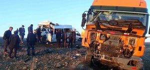 Öğrenci servisi TIR'la çarpıştı: 5 ölü